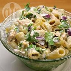 Een klassieke pastasalade met macaroni, kip en stukjes ananas, geserveerd met een fruitige mayonaisedressing.
