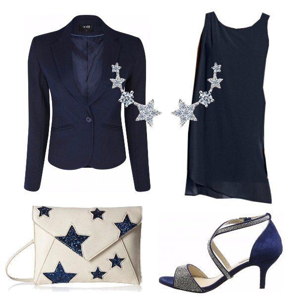 Cerimonia, serata elegante, serata di ballo sono tutte occasioni in cui questo look può adattarsi benissimo. Vestito corto senza maniche e blazer corto, tutto sul blu. Sandalo con strass per completare.
