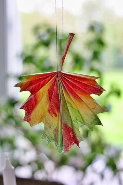 Gefaltete Herbstblätter aus bemaltem Papier Draußen pfeift der Wind uns kalt um die Ohren, aber immer wieder kitzeln uns auch Sonnenst...