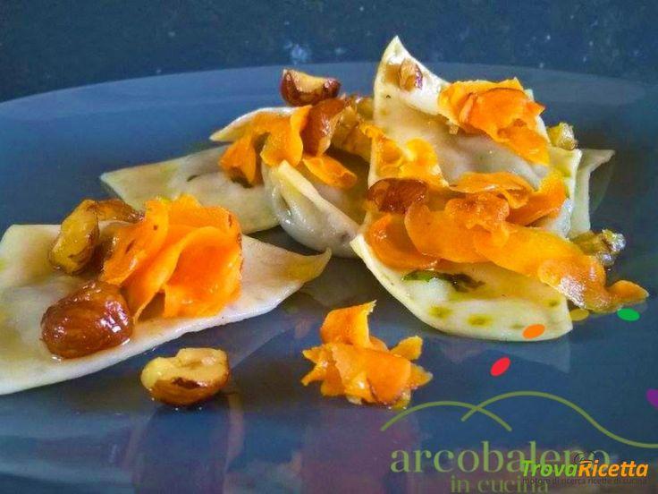 Ravioli Vegan ripieni di Canasta, Cipolla Bianca e Uvetta in salsa di Nocciole Carote e Pepe  #ricette #food #recipes