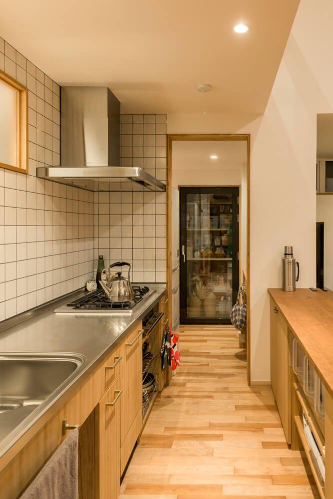 小さな場所で空間を繋ぐさまざまな木が語る家 インテリア 収納