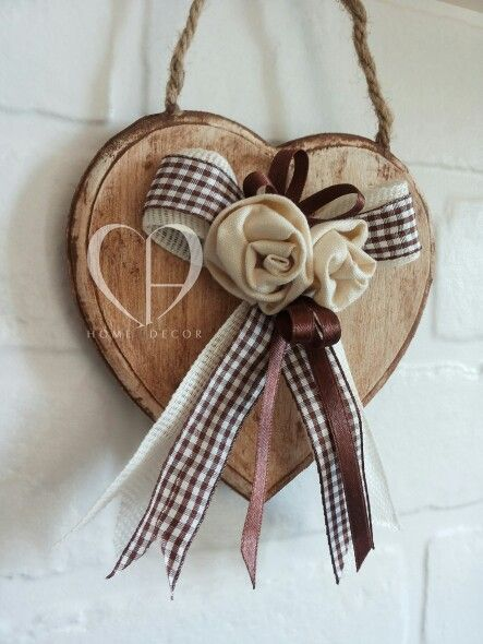 Cuore decorativo in legno trattato sverniciato.Applicazione con rose in lino beige, nastro di garza avorio,nastro quadrettato in cotone e nastro di raso cioccolato.Dimensione: 14 cm  Decorative heart treated wood with roses in beige linen, gauze ribbon ivory ribbon checkered cotton and satin brown ribbon .