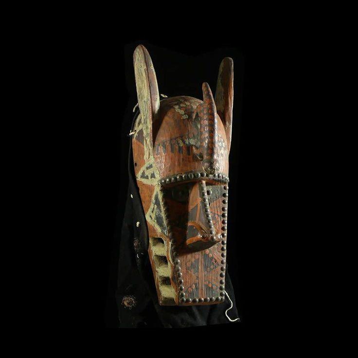 """Mask Hyene - Bobo or Toussian - Burkina Faso C'est le symbole de la mort. Elle évoque le sorcier """"mangeur d'âmes"""" qui inquiète l'homme."""