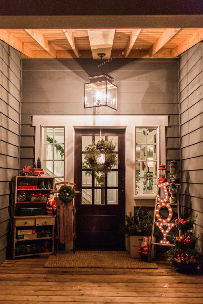 Love this Christmas front porch! Holiday favorite things party by Jenny Cookies on Kara's Party Ideas!