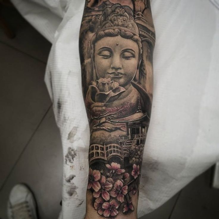 Brazo oriental en proceso. Hay zonas curadas y otras recientes.#tattoovalencia #tatuajevalencia #tatuaje #tattoo#buda#budatattoo #budha#pagoda#cherryblossom #inprocess #enproceso