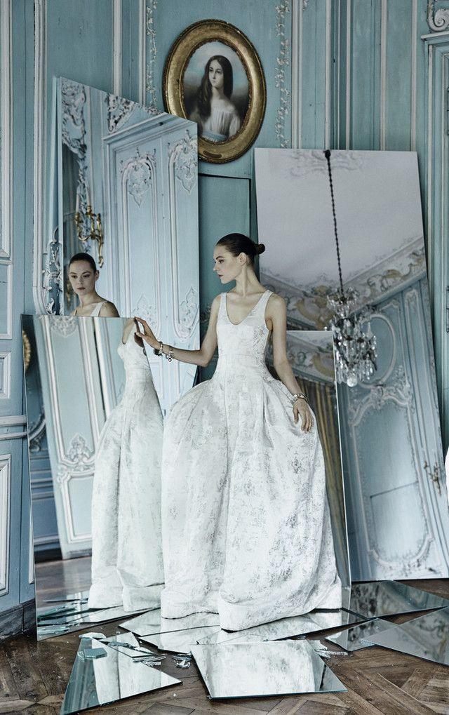 絞ったウエストが女性らしさを際立たせるクリスチャン・ディオールの上品ドレス♪ ハイブランドのウェディングドレス・花嫁衣装の一覧。