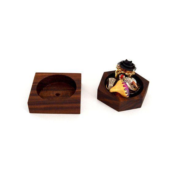 Kleine handgefertigte geometrische Walnuss-Schale. Das Gericht hat einen flachen Loch, die es halten Sie Büroklammern, Stifte, Ringe, Ohrringe,