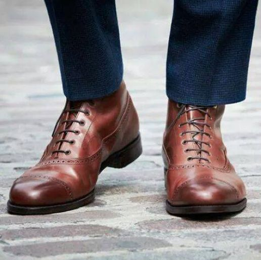 #PerzonaTips Los zapatos cafés son la mejor combinación para un traje color azul.