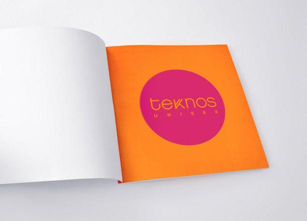 """Teknos es el nombre de una peluquería unisex ubicada en Málaga. El logotipo está basado exclusivamente en un tipo de letra geométrico, con un trazado bastante fino y escrito en minúsculas. la duplicación de uno de los palitos de la """"k"""" evoca la idea de un peine."""