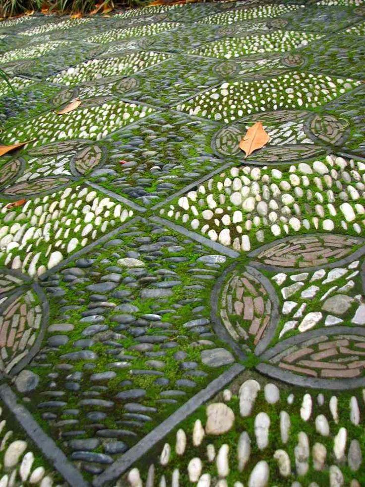 Interessante mosaik auf dem boden aus kieselsteinen und for Boden mosaik