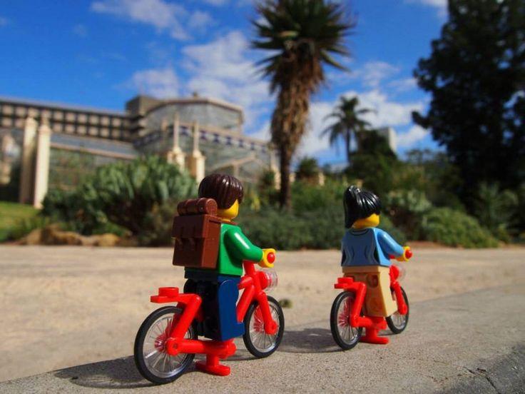 L'idea è di una coppia di viaggiatori scozzesi, Craig e Lindsey, che hanno deciso di immortalare i personaggi Lego per raccontare le loro avventure. Nella loro pagina Facebook,  Lego travellers , gli omini giocattolo scoprono come veri turisti deserti, città e spiagge: tutti i luoghi p