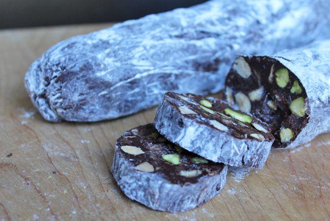 Chocolade salami met biscuit, mineola, amandelen en pistache. Warning: verslavend!