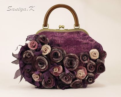 Сумка `Dark violet` эклюзивная фиолетовая. Эксклюзивная сумка сваляна из шерсти, декорирована множеством валяных роз, волокнами вискозы и шелка, фиолетовые оттенки. Закрывается на рамочный замок (фермуар) с деревянной ручкой. Внутри подкладка с карманами: на…