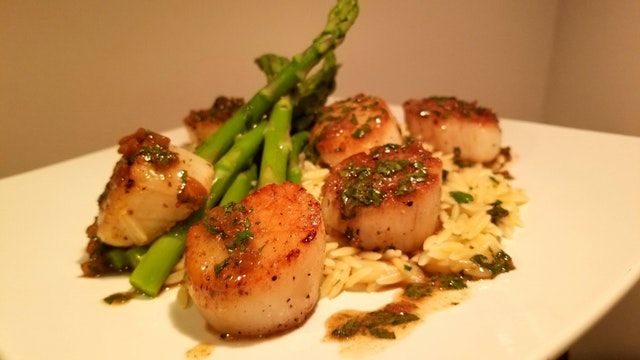 Reddit - FoodPorn - [Oc] Lemon orzo with asparagus and seared scallops with a white wine pan sauce (xpost to /r/food) [4032x2268]