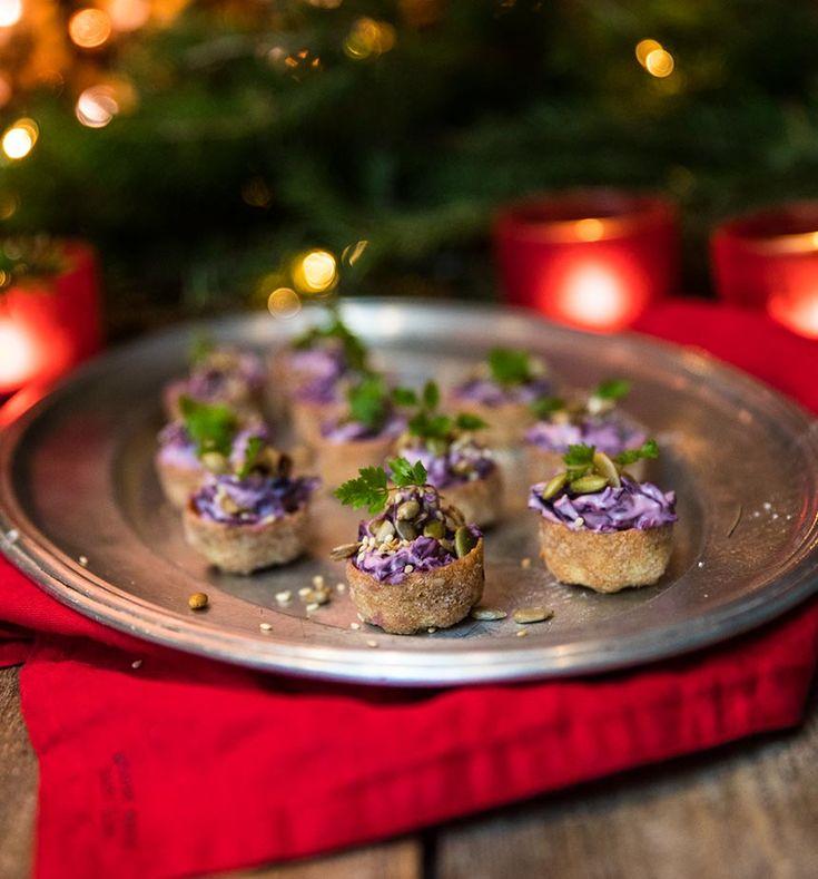 Vegetariska julsnittar med rödkålsröra i krustader