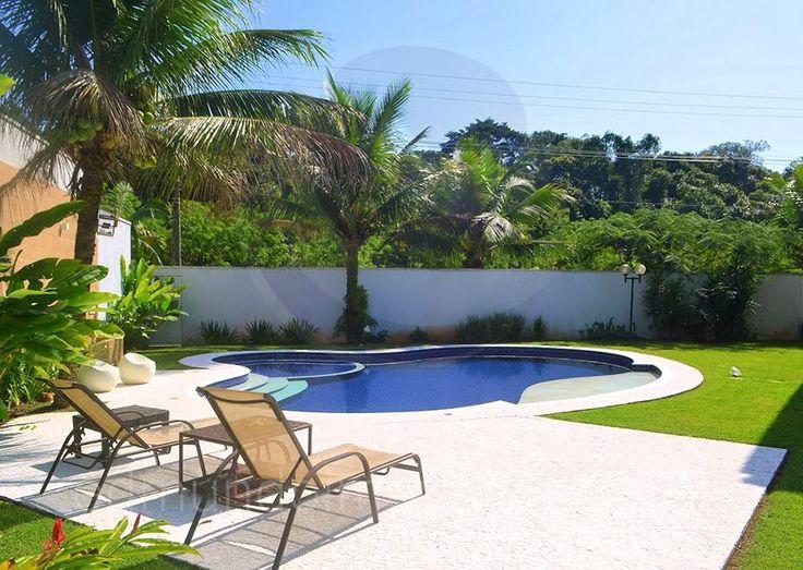 Margeada por mosaico portugu s a piscina oferece uma - Muro de agua ...