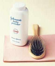 14 Truques de beleza para a hora de se arrumar em casa: O combo talco para bebês + escova tipo raquete é um sucesso para disfarçar a oleosidade dos cabelos naqueles dias em que não deu tempo de lavar.