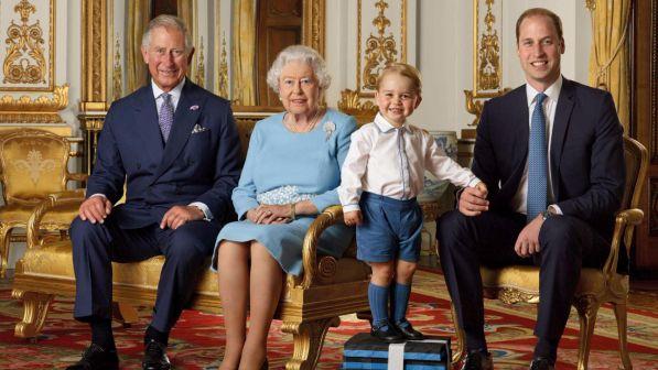 La regina Elisabetta compie 90 anni: la famiglia reale in posa in una foto celebrativa