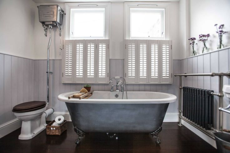 Vintage inspired bathroom high level cistern toilet roll for Roll top bathroom ideas