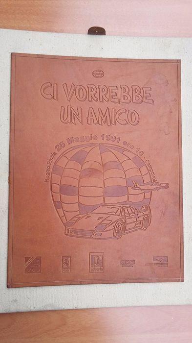 """Gedenkplaat 1991 Ferrari rally - 23 x 30 echt leder  Gedenkplaat voor deelnemers aan de manifestatie van de Ferrari in Campogalliano (Modena) georganiseerd ter ondersteuning van de vereniging voor mensen met een handicap. Tijdens de vergadering waren er ook parachutisten en Italiaanse luchtmacht acrobatische eenheid """"Frecce Tricolore"""" (driekleurige pijlen).De echt lederen plaque met formaat 23 x 30 cm werd gebouwd door Schedoni (hetzelfde bedrijf voor Ferrari lederen delen).  EUR 2.00  Meer…"""