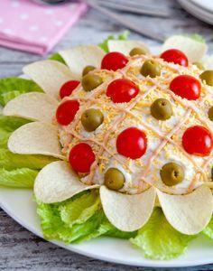 Existen miles de formas de hacer ensalada rusa, hoy te enseñamos como hacerla ¡en forma de flor! Con unas papitas, unos tomates cherry y unas aceitunas conseguirás una linda y rica flor gigante que seguro a todos les encantará.