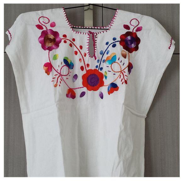 Blusa bordada a mano con flores multicolor.