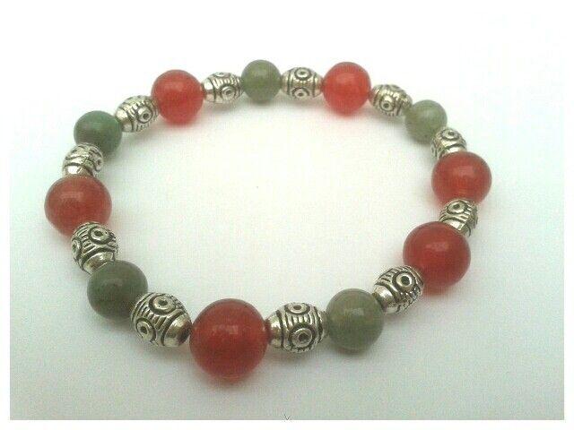 Jade y coral en pulsera con inserto de pewter.