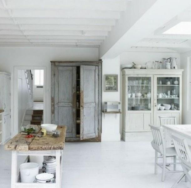 De oude kasten maken de sfeer in deze keuken, samen met de stoere tafel van oud hout. Door Fuegodulce