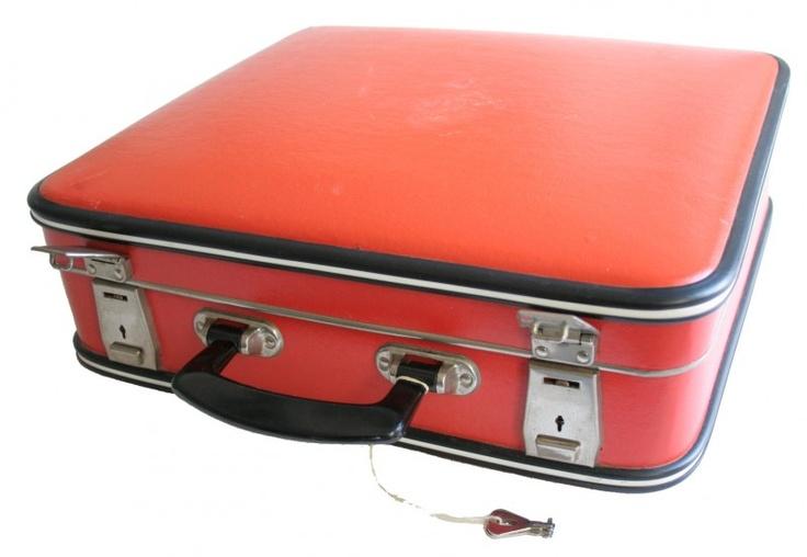 """Oranje koffer, gebruikte ik een tijdje als """"schooltas"""" Jaren 70, was helemaal hip"""