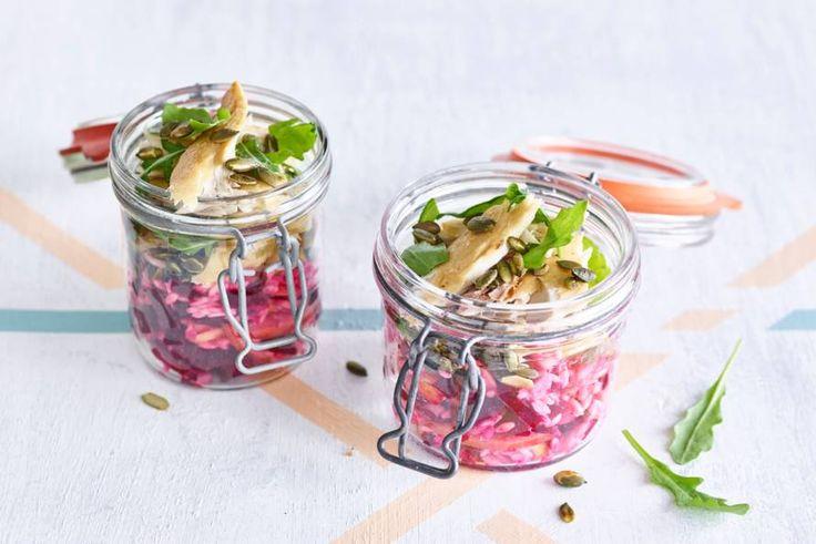 Riso, ook wel orzo genoemd, is een pastasoort in de vorm van rijst. In Italië eten ze het vaak in de soep. Wij in een vrolijk gekleurde salade met makreel, bietjes en rucola - Recept - Allerhande