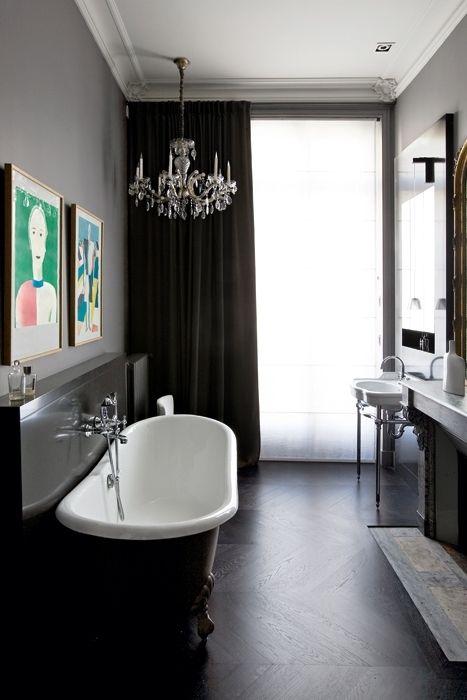 UN LAMPADARIO IN BAGNOPer un tocco di romanticismo ecco il classico chandelier. Se vi ha stufato averlo nel salotto o nell'ingresso di casa, potete spostarlo nella stanza da bagno. Altrimenti prendetelo a misura in un mercatino di antiquariato. Nella foto la vasca Admiral di Devon & Devon con rubinetto di Rubinetterie Stella.