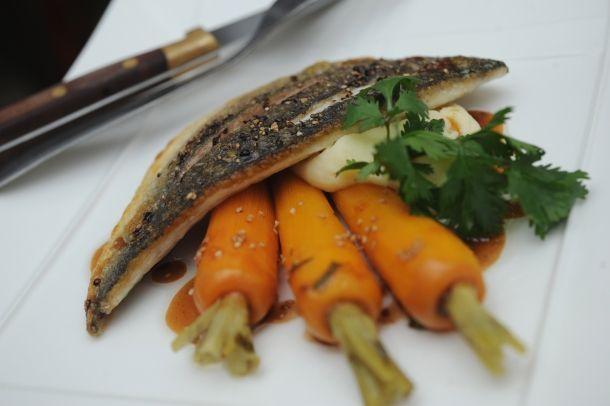 Filets de daurade royale grillés et carottes confites au sésame. Par Florent Carle | Sud Ouest Gourmand – Le magazine des saveurs d'ici