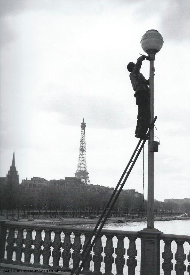 """Paul Almasy Paris 1950s (me rappelle de l'allumeur de réverbères au livre """"Le Petit Prince"""")."""