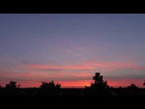 Prachtige zonsondergang brandt aan de Twentse horizon - YouTube
