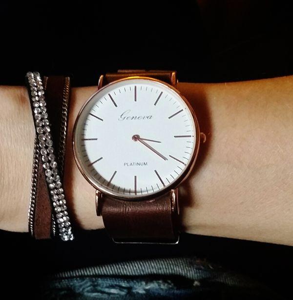 Pack Daria composé d'un bracelet multitours en cuir et Swarovski avec une montre tendance 2016 avec son cadran minimaliste est parfaite en toute occasion!  Taille du boitier (diamètre): 38mm  Un jolie montre qui sublimera vos poignets en un clin d'oeil!!!  La montre parfaite à offrir ou s'offrir!  Emballage cadeau offert!