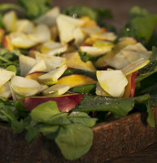Aprenda essa receita de salada verde com maçã e nectarina grelhadas. Sal e azeite a gosto finalizam a receita, que é ótimo acompanhamento para massas