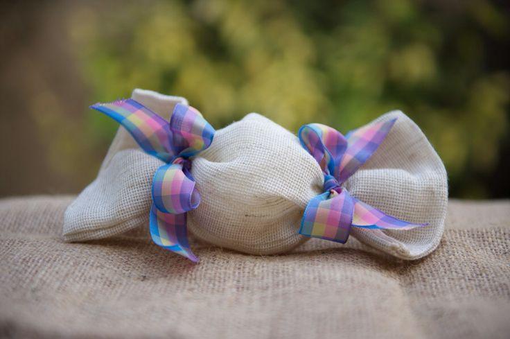 """Χειροποίητη μπομπονιερα καραμελιτσα από λευκή λινάτσα με κορδέλα ουράνιο τόξο! Μια """"γλυκιά"""" πρόταση για τη βάφτιση σας!"""