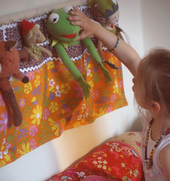 Tuto couture facile, étape par étape. Vous cherchez une astuce pour ranger les doudous de vos enfants ? Voici une solution déco vintage et en plus pratique.