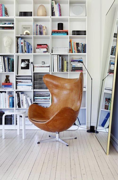 """Кресло """"Egg Chair"""" в классическом исполнении."""