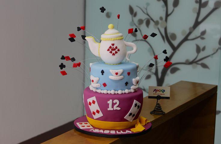 Torta de Alicia en el Pais de las Maravillas.   #TortaInfantil  Pedidos: info@mocka.co   Cel: 3006080239   Tel: (1) 4583915  #mocka #artenazucar #whiterabbit #cheshirecat #cheshire #madhattersteaparty #madhatter #aliciaatravesdelespejo #aliciaenelpaisdelasmaravillas #yummy #tortacumpleaños #ponquecumpleaños #cumpleaños #birthdaycake #birthday #pastel #torta #ponque #aliceinwonderland #alicia #alice #cake #pasteleriaartesanal #ponquetematico #pasteleria #cakesbogota