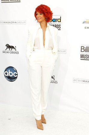 O pár měsíců později se Rihanna objevila na slavnostním předávání cen Billboard Music Awards a všem ukázala, že princeznovská róba rozhodně není nutností k tomu, aby vypadala božsky. Sněhobílý kalhotový kostým Max Azria působil díky rafinovanému výstřihu opravdu ryze žensky. Nadýchané mikádo, zlaté šperky a louboutinky v tělové barvě