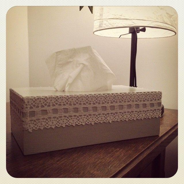 Drewniany chustecznik wykonany metodą decoupage z dodatkiem eleganckiej koronki / Wooden tissue box decoupage made with a white, elegante lace.