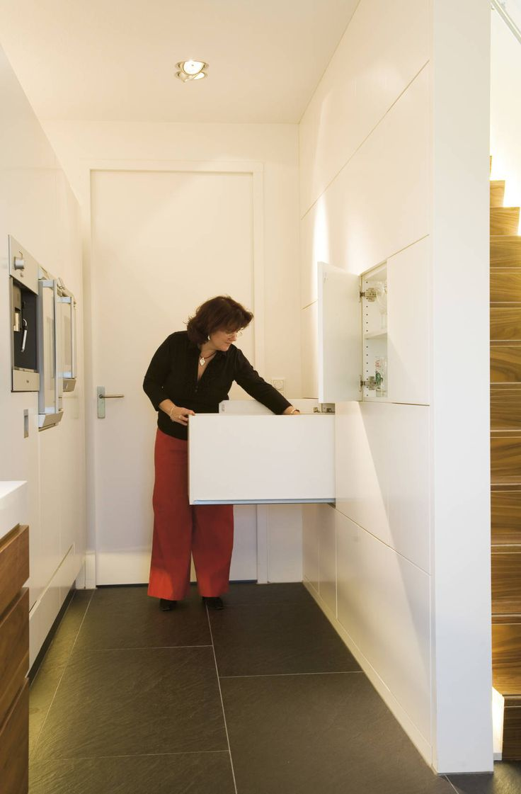 Kastruimte onder trap : Moderne keukens van Leonardus interieurarchitect