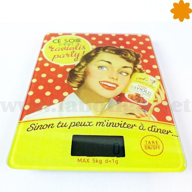 """Genial <strong>báscula digital</strong> de la colección <strong>""""Ce soir c'est""""</strong> con <strong>publicidad retro de los años 50 y 60.</strong>Podemos observar que utiliza mucho colorido en el anuncio, vemos una chica sonriendo y anunciando la fantástica salsa de tomate, de la marca. También podemos leer el eslogan: """"ce soir c'est raviolis party"""", que traducido significa: """"Esta noche, fiesta de los ravio..."""