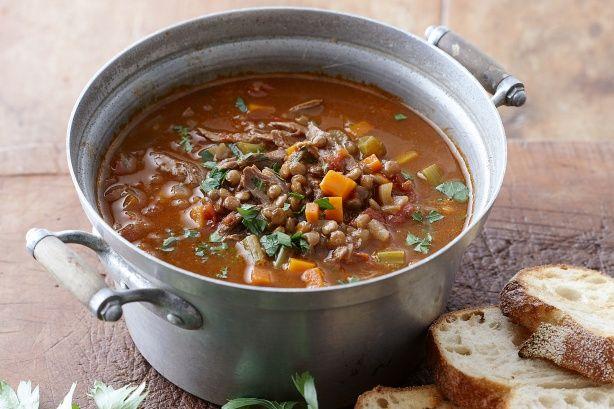 Lamsvleessoep is als harira dé nationale soep van Marokko. De basis ingrediënten voor deze bijzonder lekkere soep zijn naast tomaten kikkererwten, linzen die beiden deel uit maken van de uitgebreide familie van de peulvruchten en tal van hartige kruiden...
