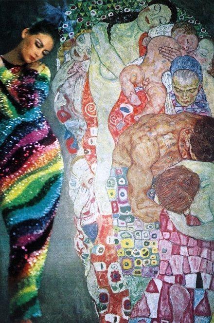 Vestido de Pierre Cardin. Tributo a Gustav Klimt. Foto: Norman Parkinson /  Vogue Reino Unido, Septiembre 1965. / Pierre Cardin dress. Tribute to Gustav Klimt, Photo; Norman Parkinson. Vogue UK September 1965.