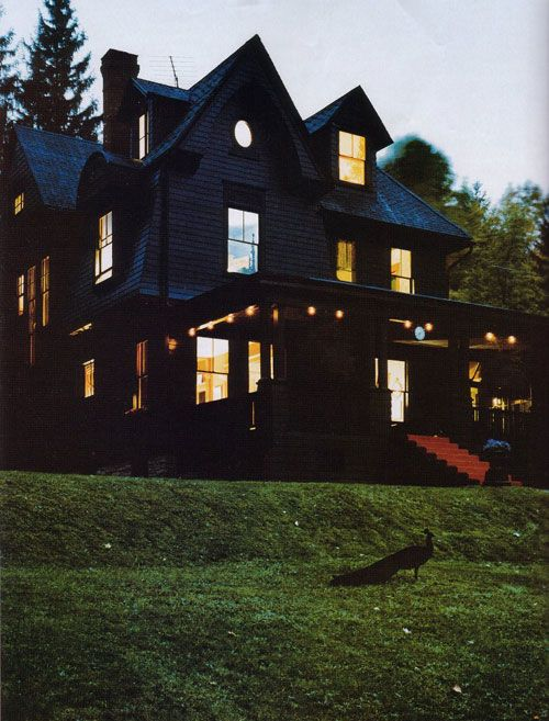 I love black houses, and having a black peacock in front of a gothic, victorian black house is just the cherry!