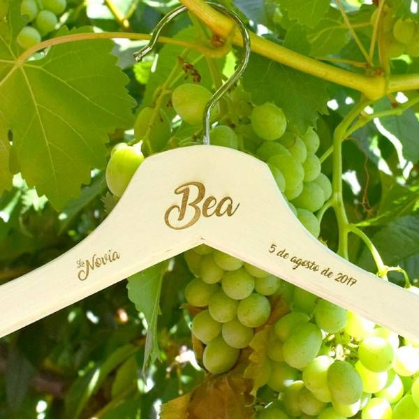 Percha de madera grabada especialmente para la novia. Incluye grabación del nombre de la novia y fecha de la boda. ¿Qué mejor regalo?