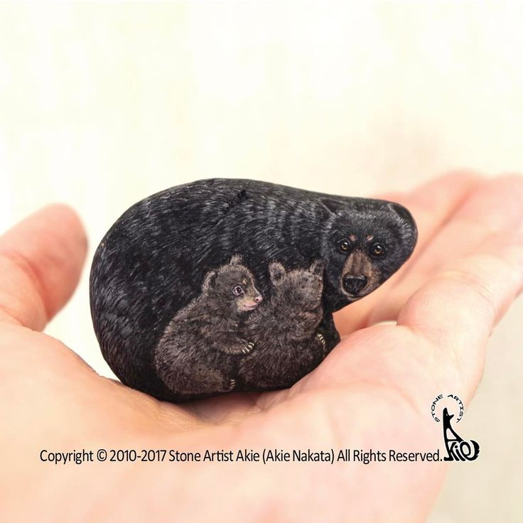 Black bear mom & twin babies on natural shape stone.  love this family!  The size: 55x35x20mm  (it stands by itself)  クロクマの親子、完成しました。  サイズ: 55x35x20mm  (自立します)  #akie #art #fineart #rockpainting #stonepainting #rockart #stoneart #painting #drawing #americanblackbear #blackbear #クロクマ #bear #クマ #熊