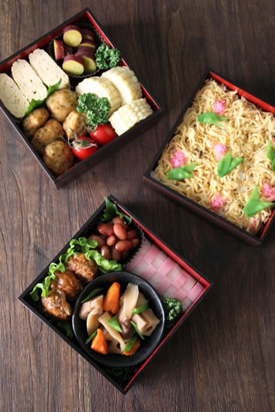 Always found Japanese bento box lunches beautiful :) and delicious